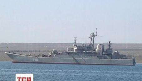 Українські моряки залишають судна, які захопили російські військові