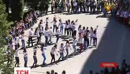 Тернопільська молодь станцювала на честь єдності України