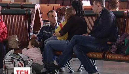 Цілі родини покидають Крим і бояться за свою безпеку