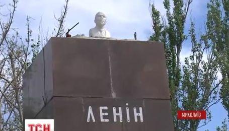 У Миколаєві не поспішають повертати Леніна на місце