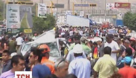 В Перу грузовик раздавил несколько машин