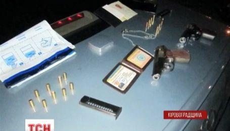 На Кіровоградщині правоохоронці затримали дві автівки з озброєними чоловіками
