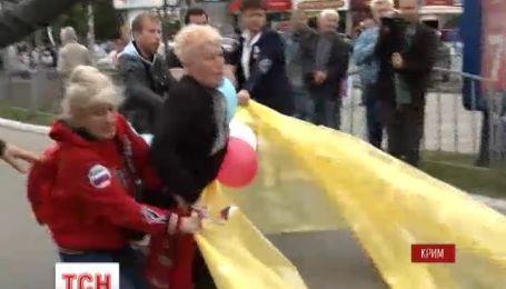 В Крыму две бабушки напали на мирное шествие