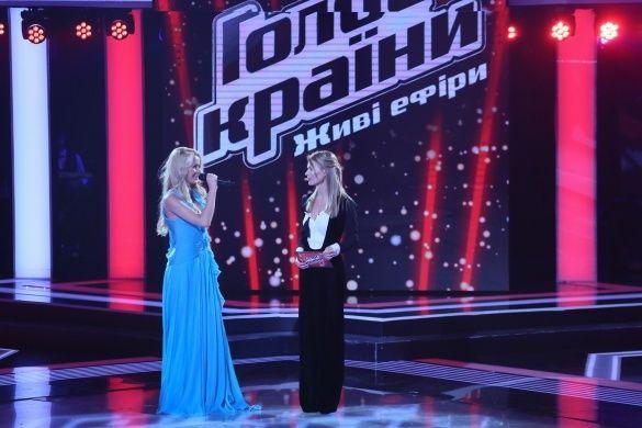 Анна Ходоровська у блакитній сукні