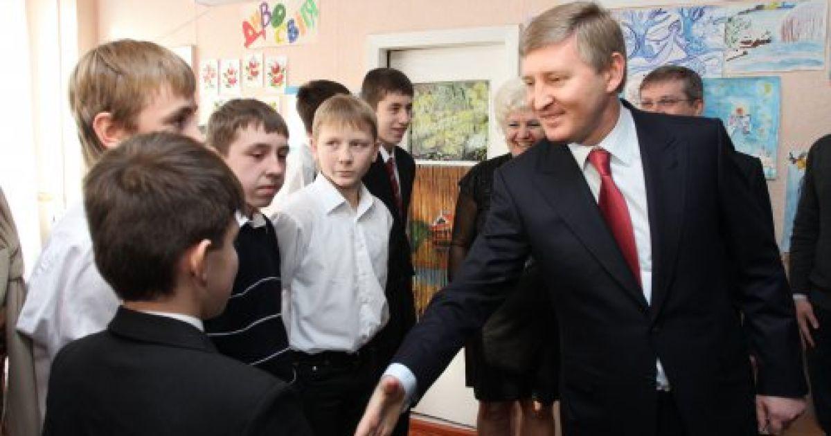 Рінат Ахметов та Ігор Крутой відвідали кілька дитячих будинків в Дніпропетровську @ УНІАН