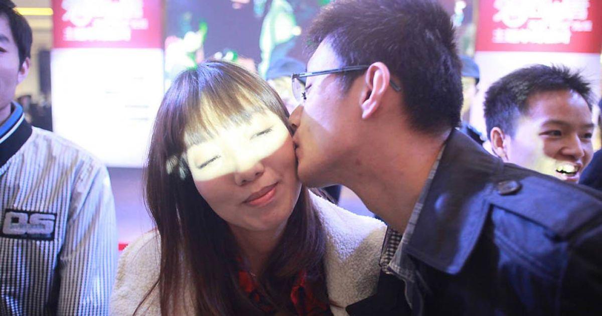Найдовший ланцюг поцілунків створили у Пекіні @ Guinness World Records