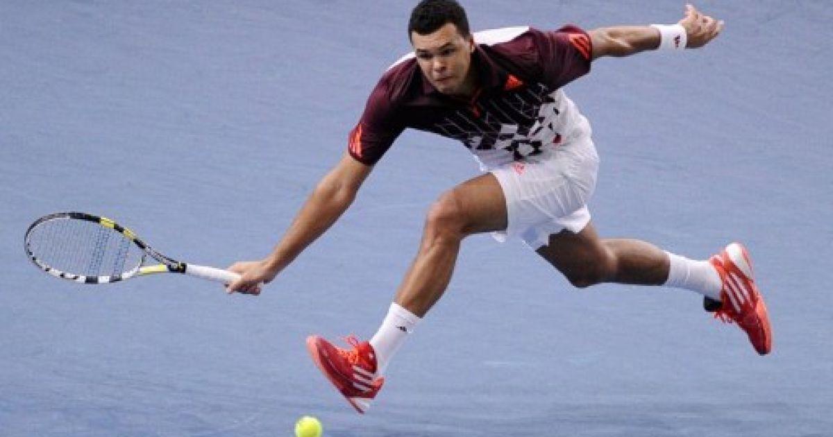 Франція, Париж. Французький тенісист Жо-Вілфрід Тсонга відбиває подачу американського спортсмена Джона Існера під час півфінальної гри на турнірі Tennis Masters Series в Парижі. @ AFP