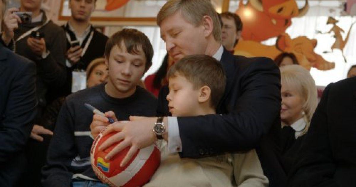 Після цього Рінат Ахметов та Ігор Крутой побували у родині Пінчуків, яка виховує 10 дітей @ УНІАН