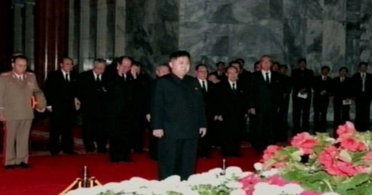 """Кім Чен Ин та високопосадовці попрощалися з """"Сонцем нації"""" @ AFP"""