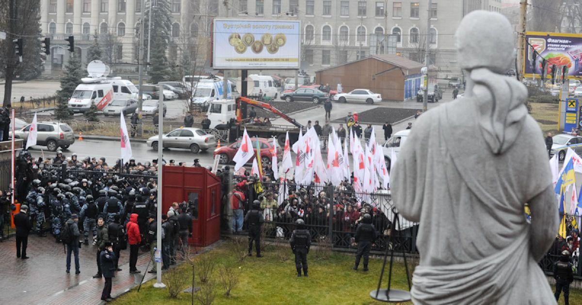 Зранку прихильники Тимошенко оточили будівлю, отже захиснику екс-прем'єр-міністра Миколі Сірому довелося перелізати через паркан, аби потрапити на територію Апеляційного суду. @ Євген Малолєтка/ТСН.ua