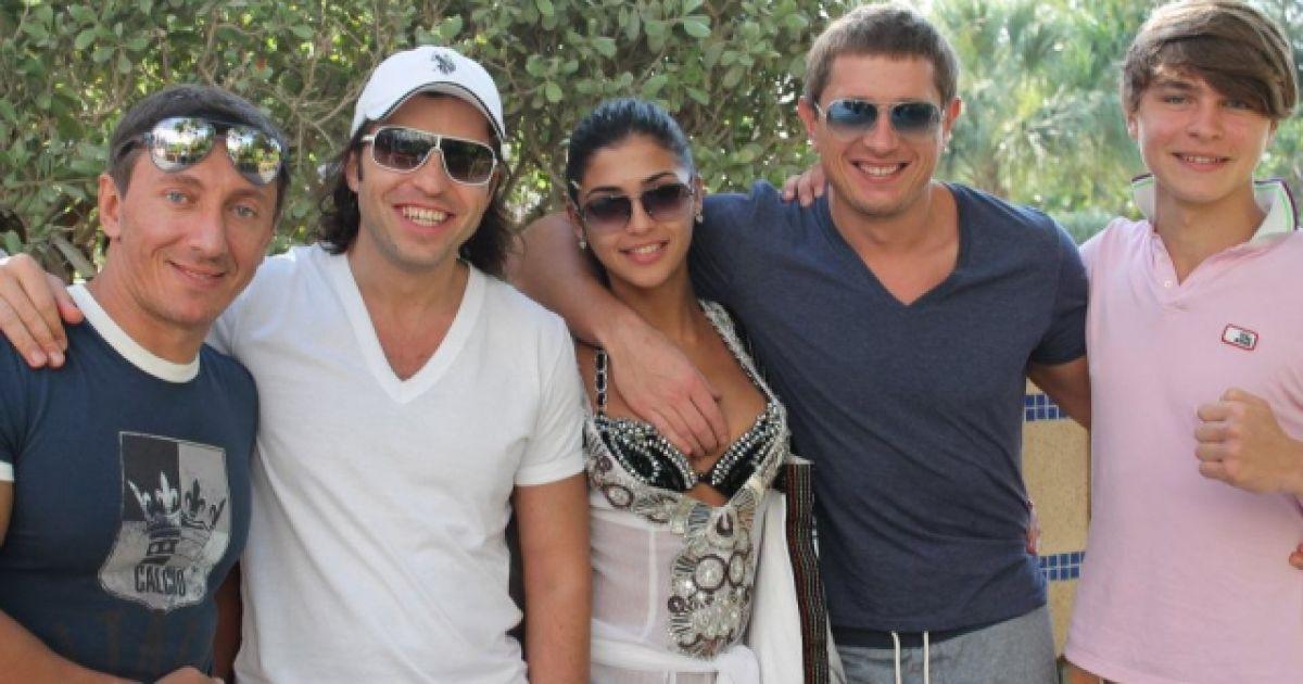 Санта Дімопулос і Володимир Самсоненко з друзями @ Facebook
