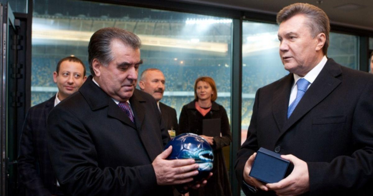 """Віктор Янукович подарував Емомалі Рахмону футбольний м'яч із зображенням НСК """"Олімпійський"""" @ President.gov.ua"""
