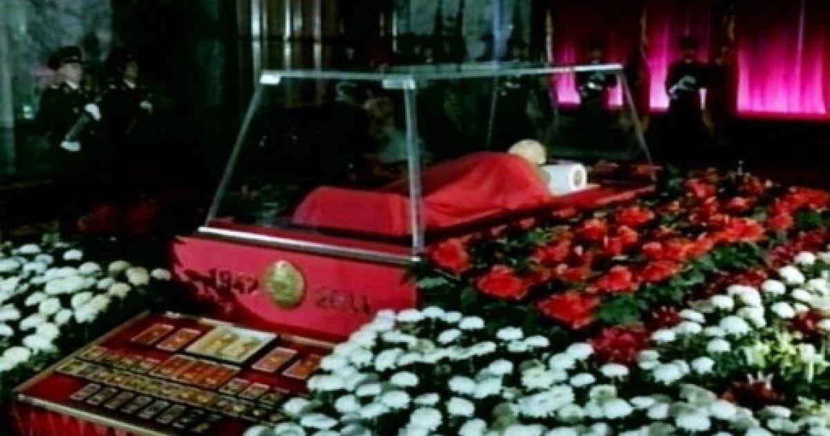 Покійного Кім Чен Іра поклали в скляну труну @ AFP