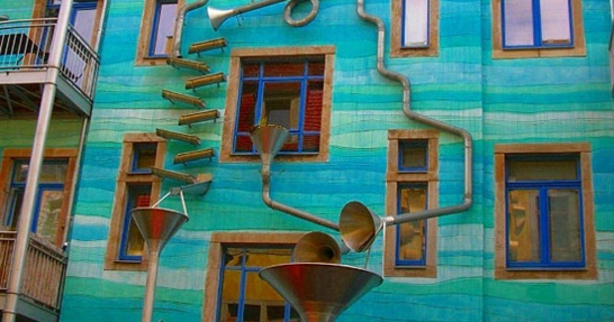 Настінний оркестр грає під час дощу @ enpundit.com
