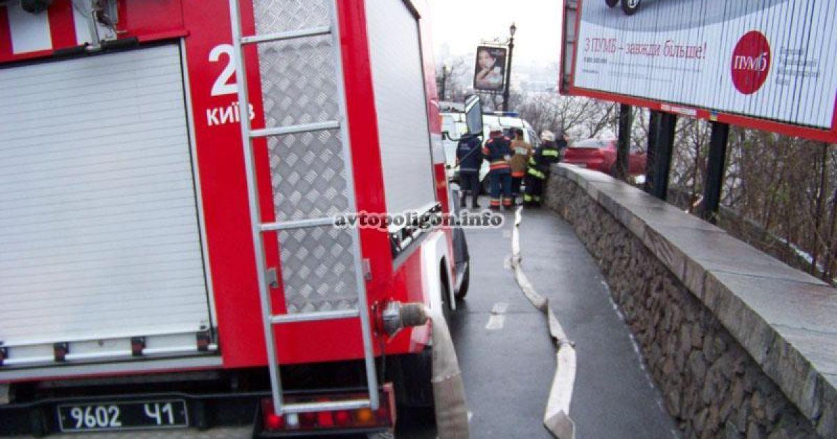 В центрі Києва Мітсубісі збив пішохода, зніс масивну огорожу і завис над прірвою. @ avtopoligon.info