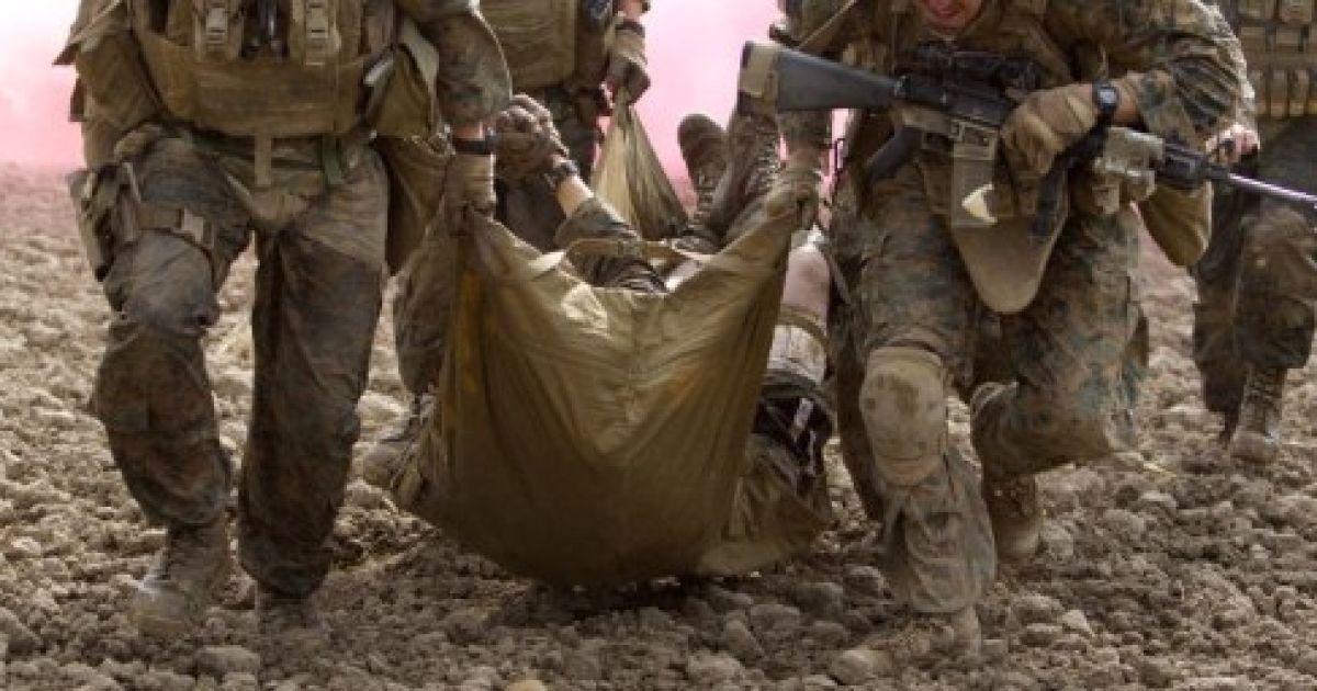 Афганістан, Гільменд. Американські морські піхотинці несуть товариша, який отримав поранення під час вибуху саморобного вибухового пристрою, для медичної евакуації на вертольоті з провінції Гільменд. @ AFP