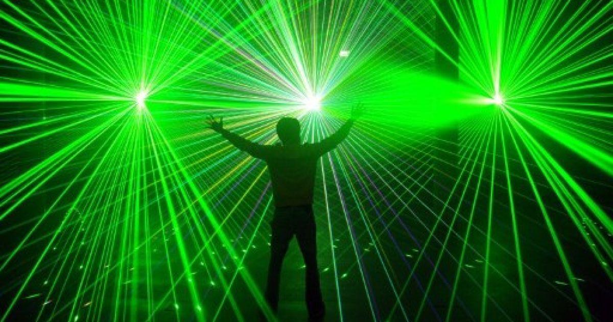 """Німеччина, Бремен. Інженер-програміст і майстер лазерних шоу Андре Даубманн показує свій новий витвір, лазерне шоу """"LichterMehr"""" у центрі Universum Science в Бремені. @ AFP"""
