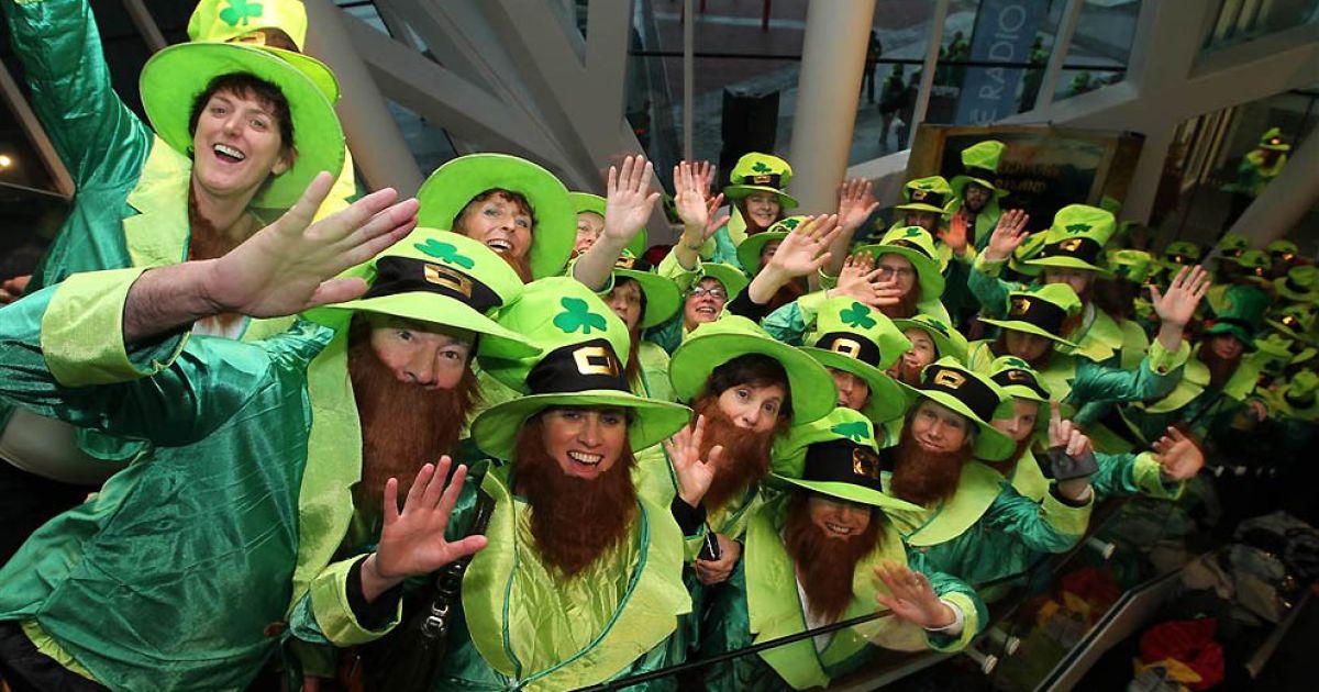 Найбільша кількість людей у костюмах лепреконів зібралась у театрі Гранд Канал в Дубліні @ Guinness World Records