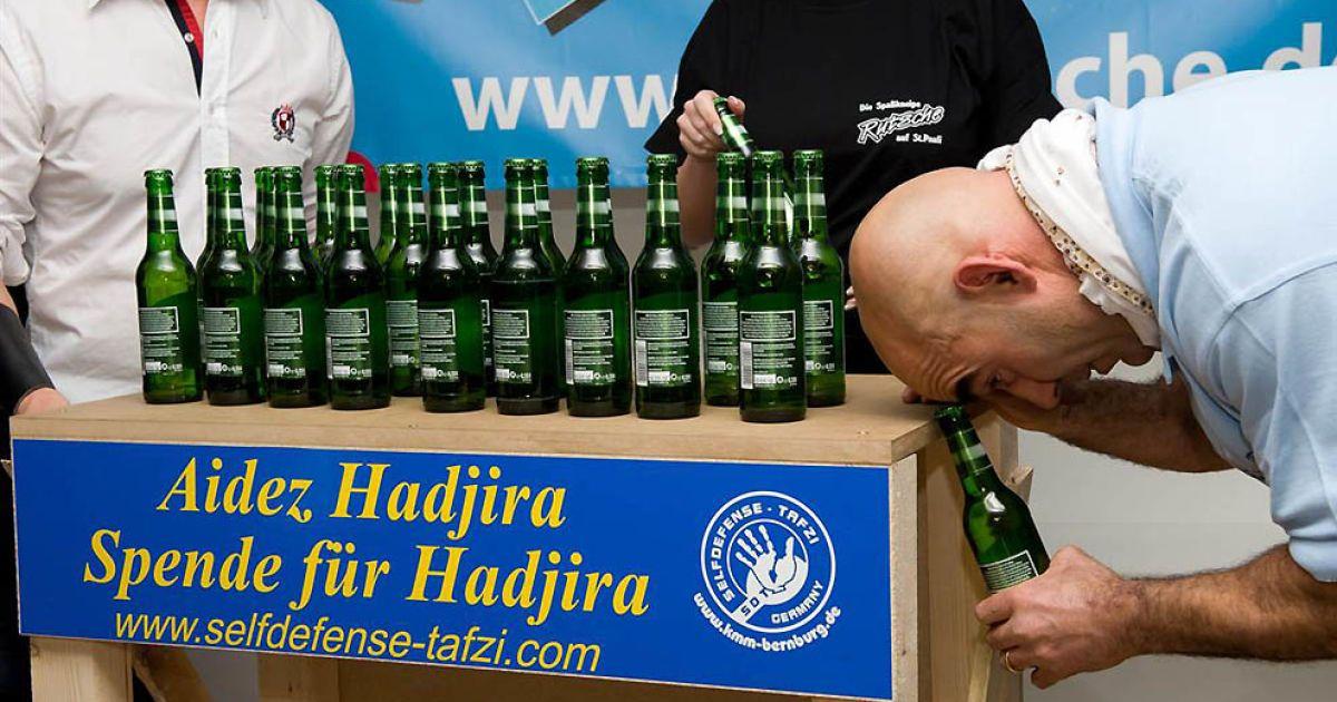 Найбільшу кількість пляшок відкрив головою Ахмед Тафзі у Гамбурзі (24 пляшки) @ Guinness World Records