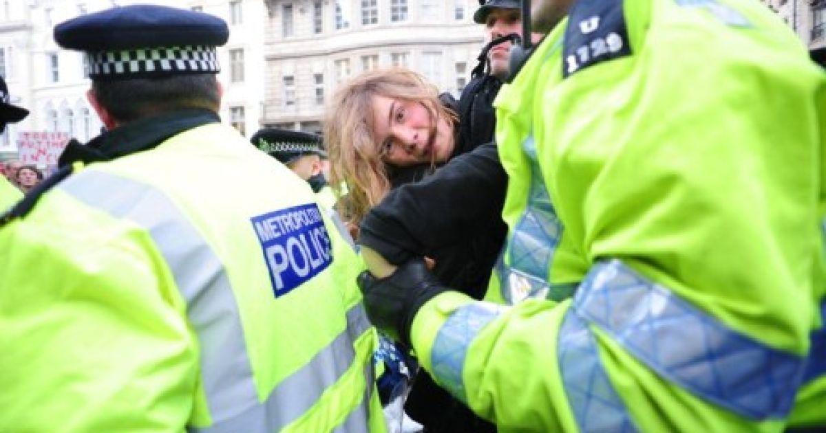 Великобританія, Лондон. Поліція затримує демонстранта під час акції протесту проти скорочення фінансування освіти у Лондоні. Тисячі студентів пройшли маршем по вулицях Лондона, а поліція, озброєна гумовими кулями, спробувала не допустити повторення минулорічних погромів. @ AFP