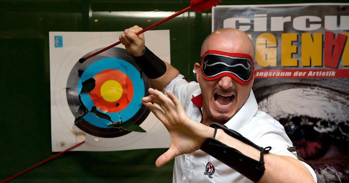 Джо Александер з Гамбурга зміг із зав'язаними очима зловити 4 стріли за 2 хвилини @ Guinness World Records