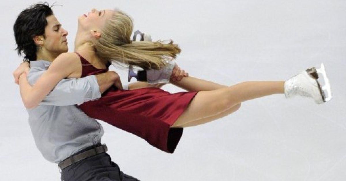 Японія, Саппоро. Канадські фігуристи Кейтлін Вівер та Ендрю Поже виконують танець на льоду під час змагань серії Гран-прі у Саппоро. @ AFP