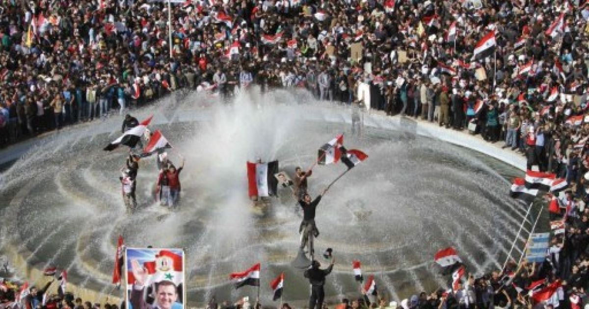 Сирія, Дамаск. Сирійці купаються у ставку під час мітингу на підтримку президента Башара аль-Асада в столиці країни Дамаску. @ AFP