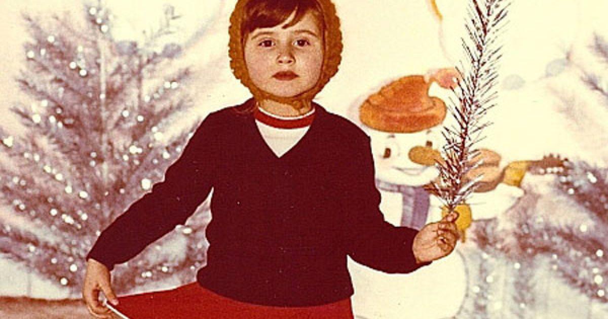 Частіше за все, дівчат одягали у костюми сніжинок, а хлопців наряджали зайчиками.
