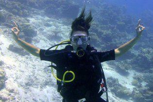 Анну Семенович запакували у гідрокостюм і спустили під воду