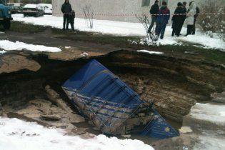 В Киеве легковушка провалилась под асфальт