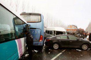 Масова ДТП: більше 100 автомобілів зіткнулися через ожеледицю