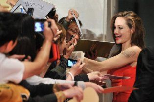 Джоли показала в фильме смерть младенца, потому что она мама