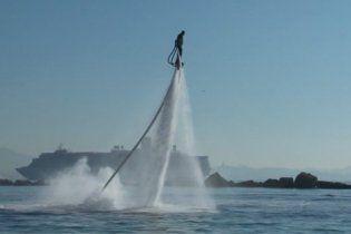 У Франції можна політати над водою з реактивним рюкзаком (відео)