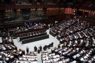 У країні-боржниці Італії депутати отримують по 16 тисяч євро