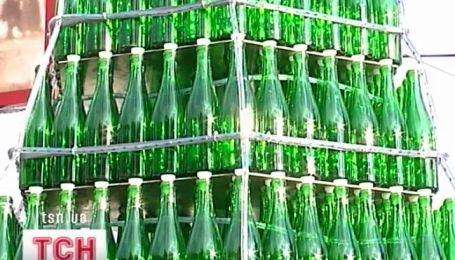 Елка из бутылок из-под шампанского выросла в поселке Новый Свет в Крыму