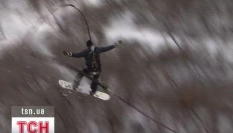 В Днепропетровске лыжники и сноубордисты прыгали с крыши дома