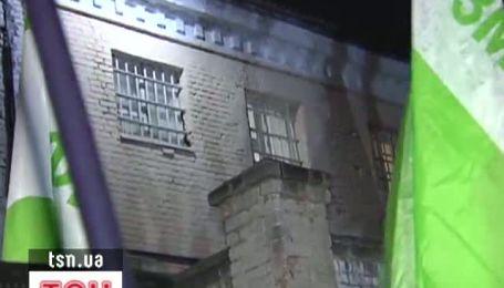 На дитячому майданчику під СІЗО для Тимошенко влаштували світлове шоу