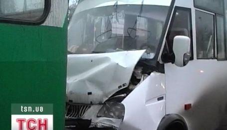 Водій, якого вчора затисло між тролейбусом та маршрутним таксі, помер у лікарні