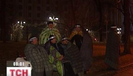 17 чернобыльцев провели ночь под открытым небом возле Кабмина