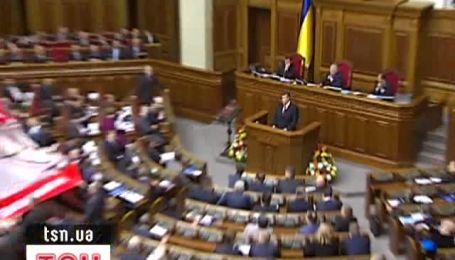Янукович под крики оппозиции выступил в Раде