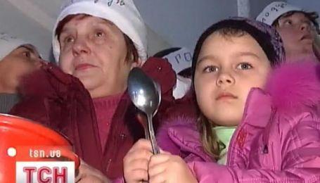Жители общежития в Чернигове встречают приход Нового года при свечах
