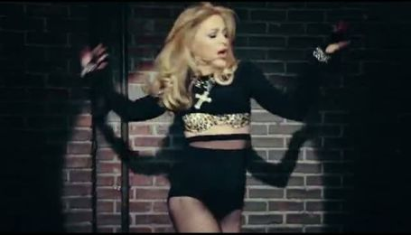 Мадонна презентует новый клип на электронных табло во всем мире