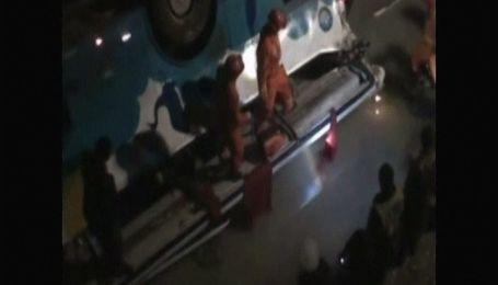 У Китаї автобус впав з десятиметрового мосту