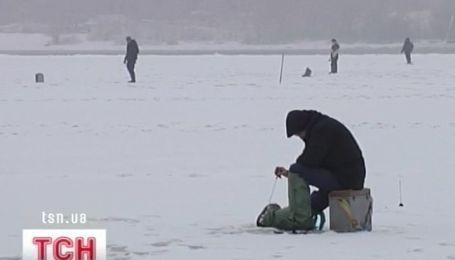 На Днепре - лед, на льду - полно рыбаков