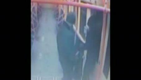 У київському метро хлопець побив і намагався згвалтувати дівчину