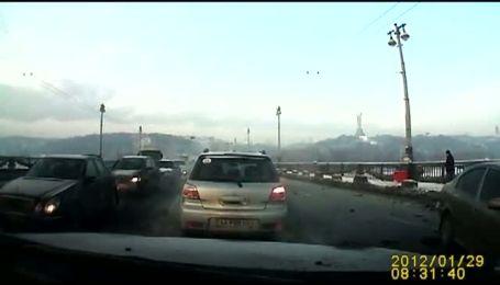 На мосту Патона столкнулись 6 автомобилей