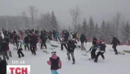 Массовый спуск лыжников и сноубордистов в Буковеле