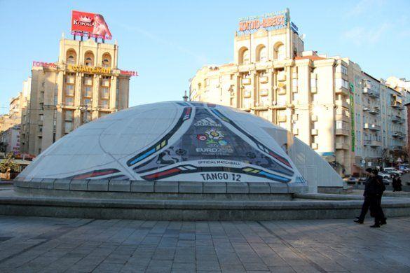 У центрі Києві з'явився величезний м'яч Євро-2012_1