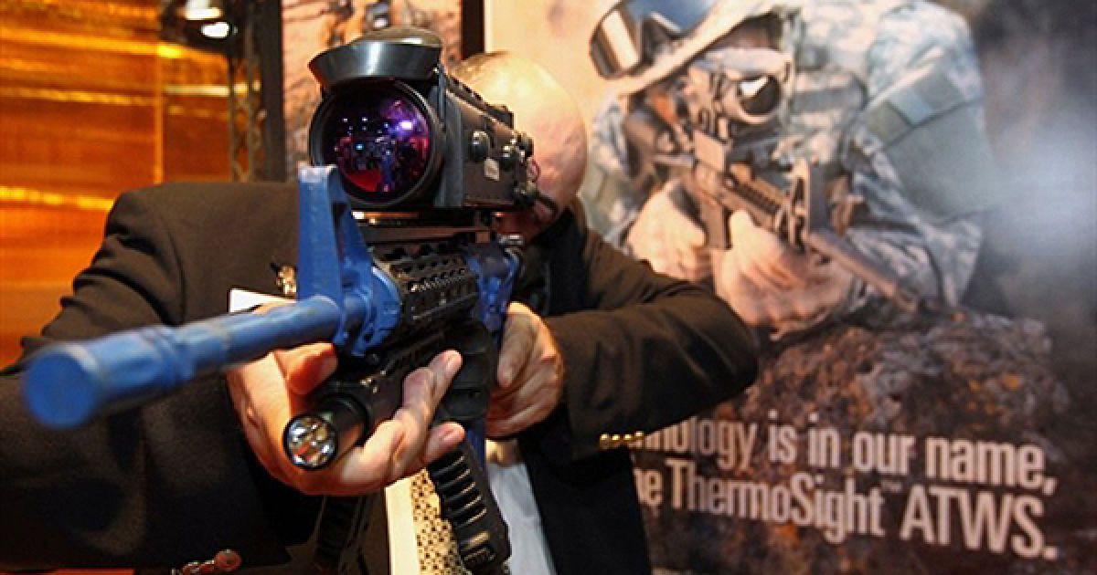 Чоловік демонструє нову гвинтівку на виставці озброєння у Тель-Авіві. @ AFP