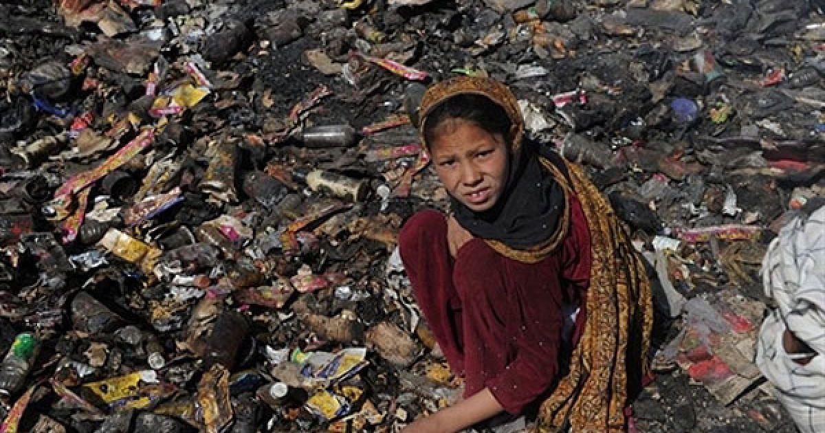 Афганістан, Кабул. Афганська дівчинка шукає пластикові та металеві вироби на звалищі на околиці Кабула. За даними Міжнародної організації GAIA, близько 15 мільйонів осіб у країнах, що розвиваються, виживають за рахунок збирання сміття. @ AFP